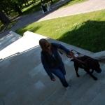 Christel ja Roosi Kadriorus trepist üles tulemas