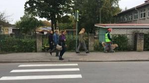 Läti võistleja ja kohtumikud kõndimas